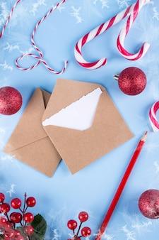 青い背景に手紙や封筒のモックアップ。おめでとうの概念あなたのテキストのための場所。フラットレイ。