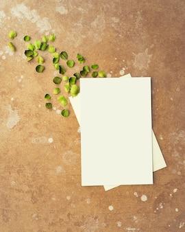 Макет белых чистых листов бумаги на коричневом летнем фоне