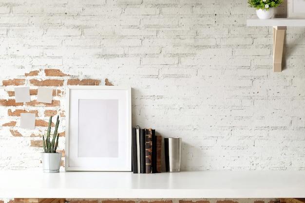 Макет плаката и копией пространства на столе.