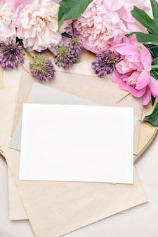 Макет плаката, пригласительный флаер или поздравительная открытка с букетом пионов на золотом подносе, свадебные канцелярские товары, вид сверху