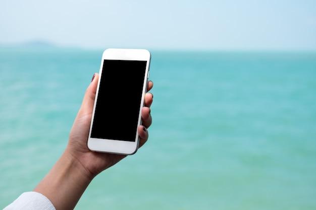 人々の手でモックアップスマートフォン