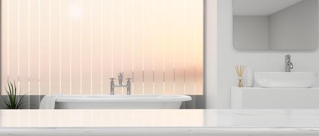고급 욕조가 있는 우아한 욕실 인테리어 위에 흰색 탁상에 몽타주를 위한 모형 공간