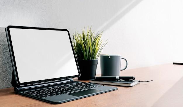 복사 공간 나무 테이블에 마술 키보드와 이랑 태블릿.