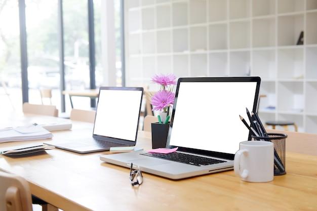 빈 화면 디스플레이와 비즈니스 사무실에 이랑 두 컴퓨터 노트북.