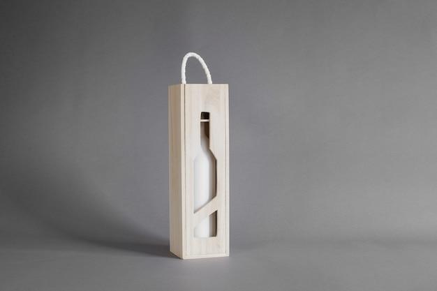 Mockup di bottiglia di vino in scatola di legno