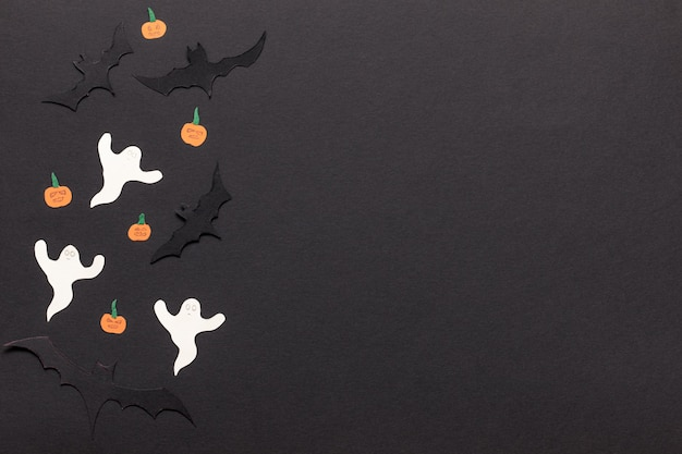 ハロウィーンのモックアップ。紙カットコウモリ、カボチャ、ゴーストと黒のフレームの背景。