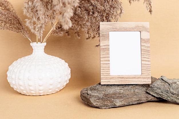 木製フレームと自然の要素を持つモックアップ