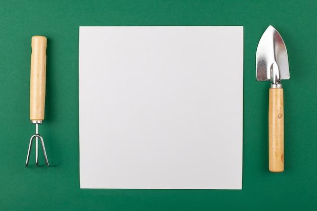 Mocup - это пустое белое пространство для текста, рекламного поста с садовым дизайном.