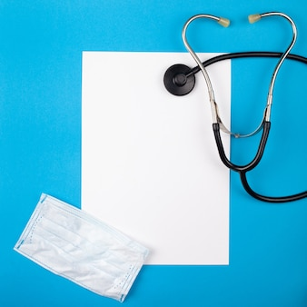 Медицина mocup на синем фоне. фонендоскоп, медикаменты.