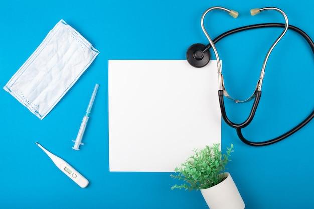 파란색 배경에 mocup 의학입니다. phonendoscope, 의료 용품.