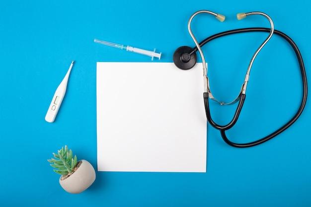 青い背景にモカップ薬。フォネドスコープ、医療用品。