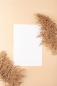 베이지 색 배경에 mocup입니다. 텍스트에 대 한 빈 공백입니다.