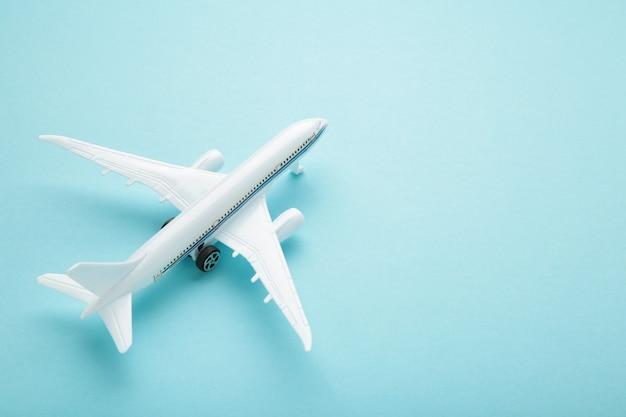 Модель самолета на синем фоне пастельных тонов. концепция путешествия
