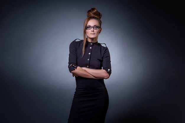검은 배경에 고립 된 유행 의류 및 액세서리 샷 모델 아름다운 여성