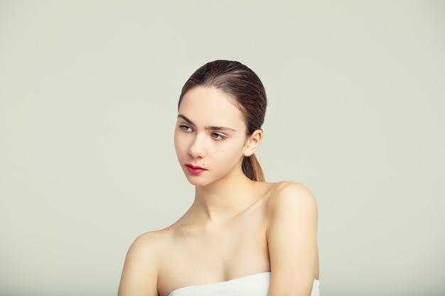 스튜디오에서 금발 머리와 파란 눈의 세련된 초상화를 가진 아름다운 어린 소녀 모델