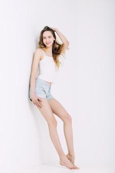 Tshirt와 반바지 유행 금발 머리와 파란 눈을 가진 모델 아름 다운 젊은 여자