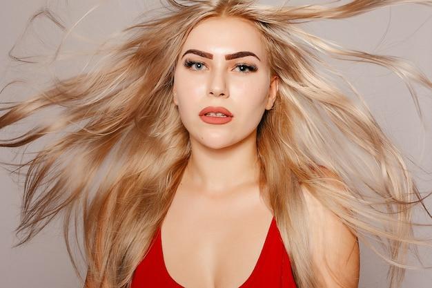 Модель блондинка. красивые каштановые волосы девушка. здоровые длинные волосы. фотография красивой женщины с пышными волосами. красота портрет молодой женщины с длинными здоровыми блестящими светлыми волосами, которые разбрасываются