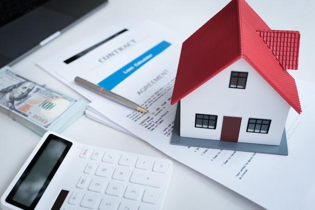 モデルハウス、不動産ドキュメント、契約、ローン契約、保険、計算機