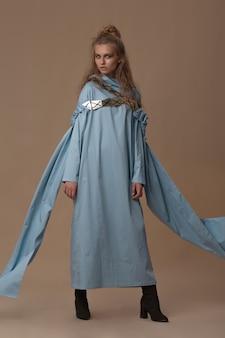 파란색 긴면 드레스 포즈 모델