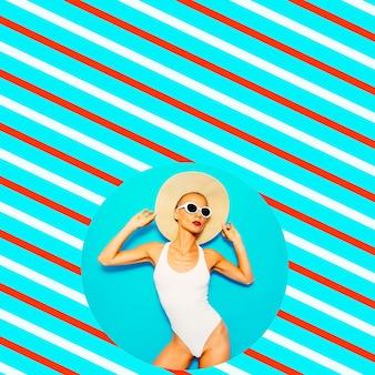 ファッションの白い水着とアクセサリーでモデル化します。最小限のジオメトリビーチムード