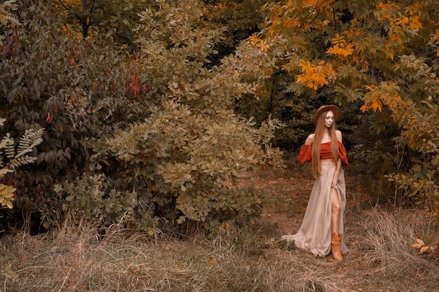 秋の公園で秋の服を着たモデル。テキスト用の空き容量
