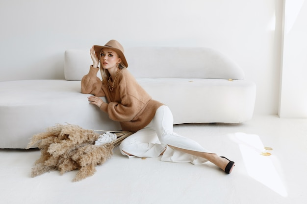 ライトスタジオでドライフラワーの秋の服をモデルに。スタイリッシュでファッショナブルな10月