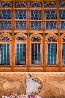 Модель в молитвенных нарядах перед исторической мечетью