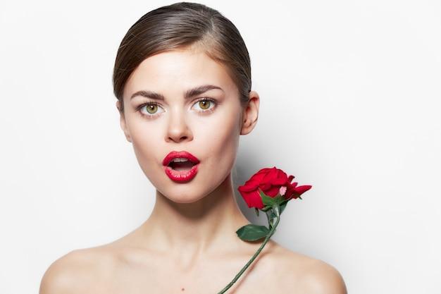 モデル裸の肩赤い唇の魅力は贅沢な透明な肌をバラ