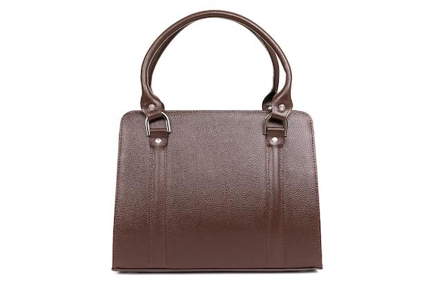 白地に茶色の革バッグのモデル