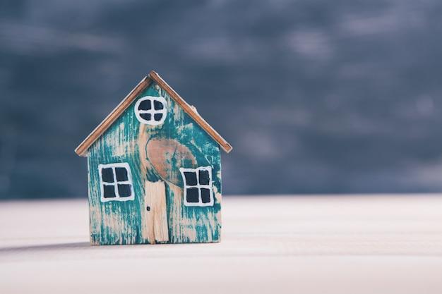 木製のテーブルの上の小さな古い家のモデル