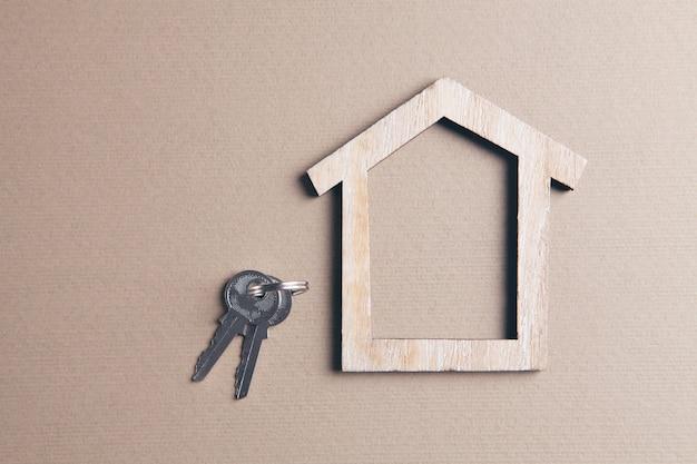 小さな木造住宅と鍵のモデル