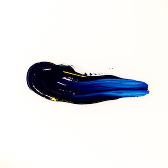 白い背景の青いブラシストロークのモデル