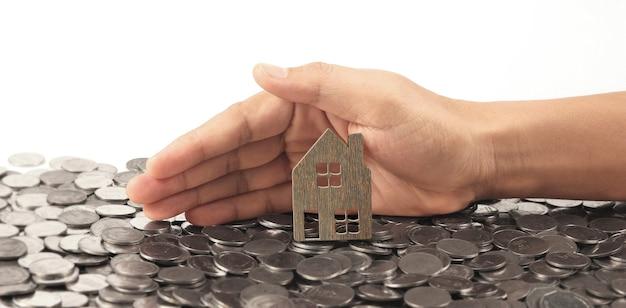 Макет отдельно стоящего миниатюрного дома в руке. концепция инвестиций в недвижимость