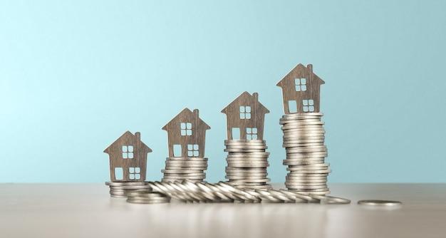 분리된 미니어처 하우스 모델은 동전을 조롱합니다. 부동산 부동산 투자 개념