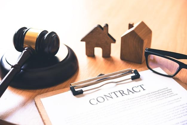 家と小槌のモデル。住宅オークションの不動産法のコンセプト。