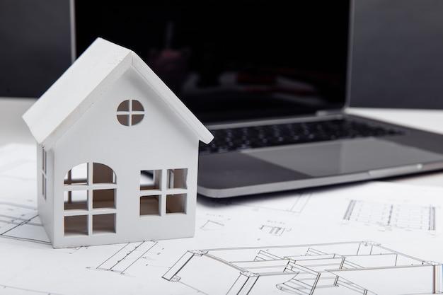 도면 및 노트북 건물 및 건축가 개념의 집 모델