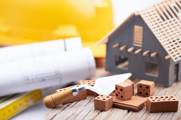 建設中の家のモデルをクローズアップ