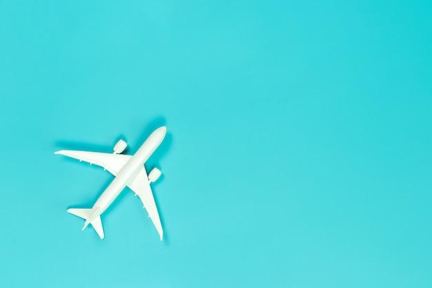 模型飛行機、青いパステルカラーテーブルの上の飛行機