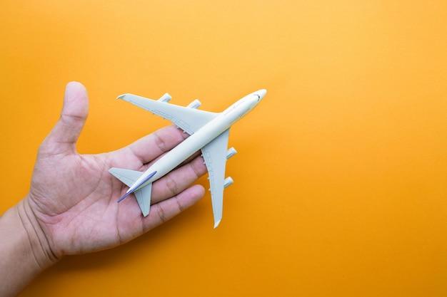 Модель самолета, самолет на руке еды в пастельных тонах