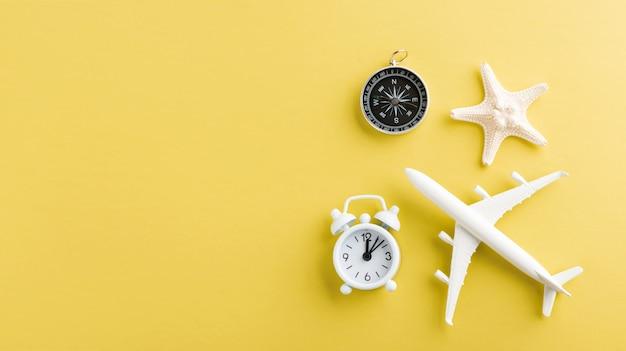 Модель самолета, самолета, морская звезда, будильник и компас