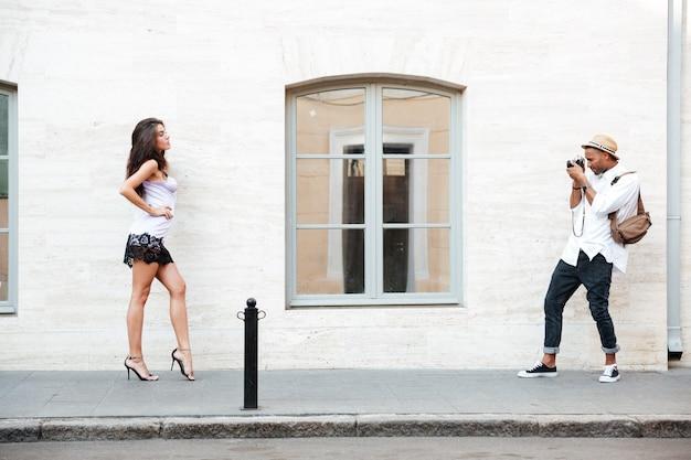 路上での写真家のためのモデルポーズ