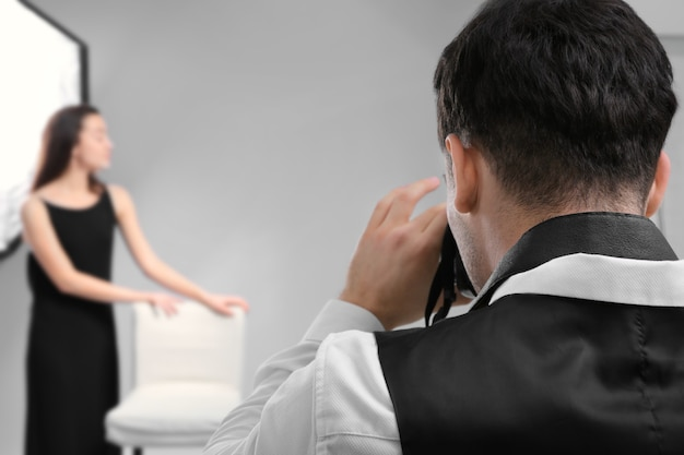 Модель позирует для профессионального фотографа в студии