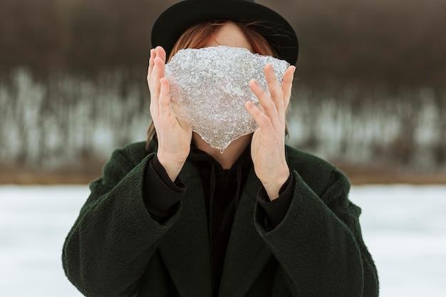 日光の下で冬服でポーズをとるモデル