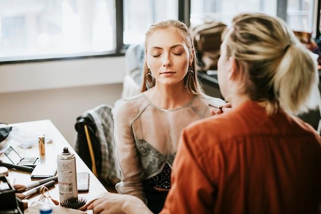 彼女の化粧のために座ってモデル