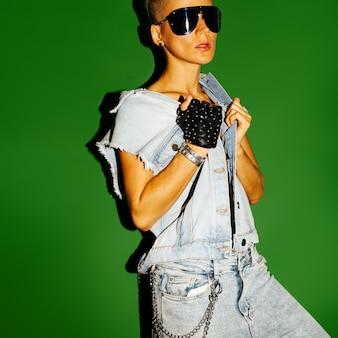 Модель tomboy стильная с короткими волосами и модным джинсовым нарядом. прикольные очки