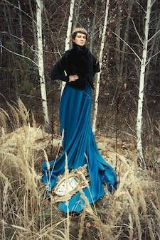 青いスカートをはいているモデルが女王を装っています