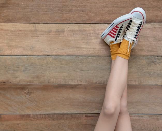 Model wearing in a white sneakers