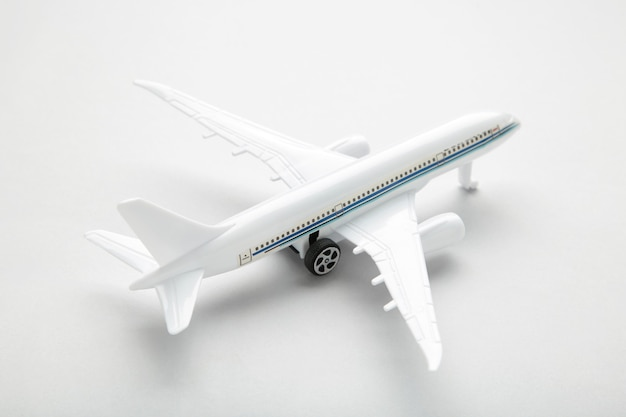 Модель белого самолета на серой стене. концепция путешествия