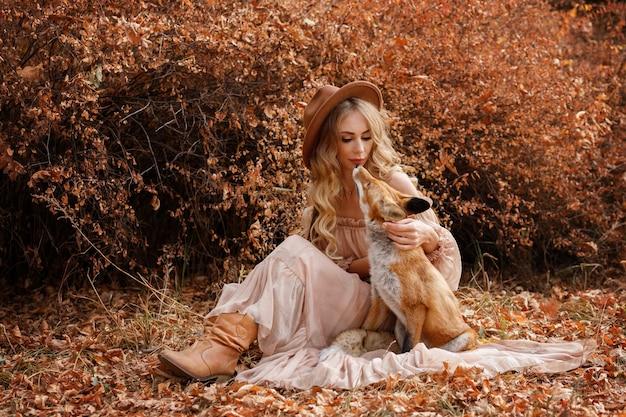 Модель с лисицей в осеннем лесу