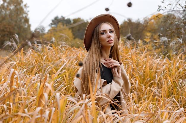 自然の中で背景に秋の服を着た秋のメイクでモデル。秋のブログ